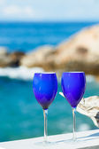 Two glasses of red wine on the Pacific coast — Stockfoto