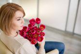 Jasně růžové květy v rukou dívčí. — Stock fotografie