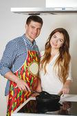 夫妇准备食物的厨房 — 图库照片