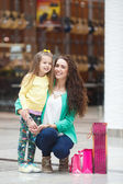 A young mother and her daughter, shopping — Stock Photo