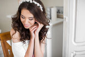 Beautiful young bride wedding makeup and hairstyle — Stock Photo