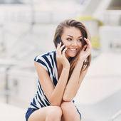 Retrato de uma mulher atraente, falar ao telefone — Fotografia Stock
