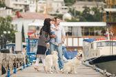 Šťastná rodina se psy na nábřeží v létě — Stock fotografie
