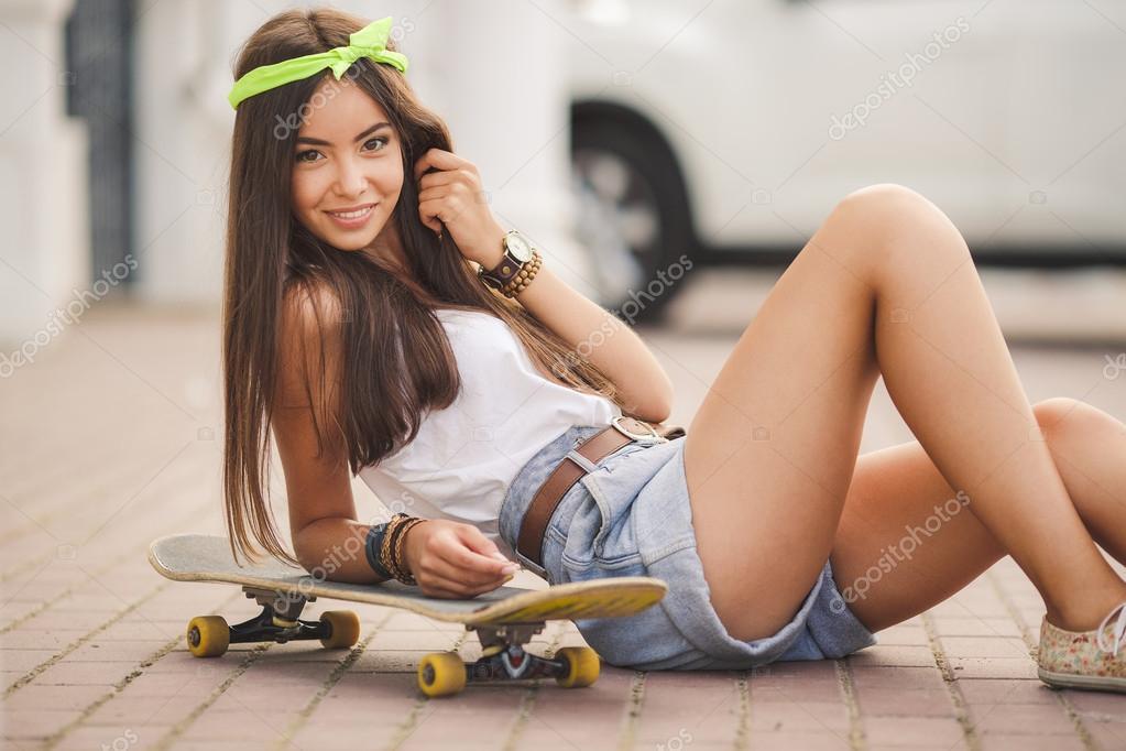 Lo Yoga della Grande Liberazione - Pagina 2 Depositphotos_49793455-Beautiful-and-fashionable-young-woman-posing-with-skateboard