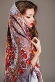彼女の頭にスカーフと美しい若い女性の肖像画 — ストック写真
