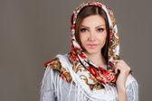 Ritratto di una bellissima giovane donna con una sciarpa sulla testa — Foto Stock