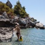 Dalgıç kız sahilde — Stok fotoğraf