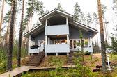 Dom w lesie jesienią — Zdjęcie stockowe
