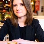 mujer en café moderno — Foto de Stock