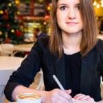 现代咖啡馆里的女人 — 图库照片