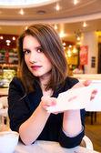 Kobieta flirtuje w nowoczesną kawiarnię — Zdjęcie stockowe
