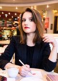 Mujer está coqueteando en café moderno — Foto de Stock