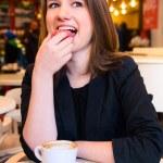 mujer es comer postre — Foto de Stock