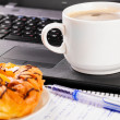 Laptop und cup — Stockfoto