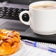 laptop en cup — Stockfoto