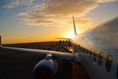 Vliegtuigen bij zonsondergang — Stockfoto