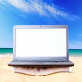 Laptop am strand — Stockfoto