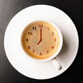 Relógio na xícara de café fresco — Foto Stock