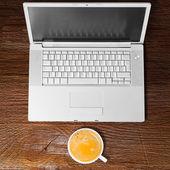 笔记本电脑和杯咖啡 — 图库照片
