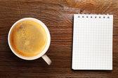 Puchar świeżych espresso na stole — Zdjęcie stockowe