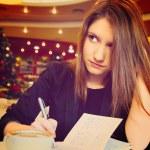 mujer joven con el cuaderno — Foto de Stock