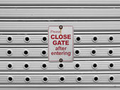 Close roll up gate sign — Stock Photo