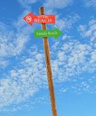 Drewniane post plaże nago i rodziny — Zdjęcie stockowe