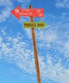 Praias nude e privada de pós de madeira — Fotografia Stock