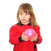 Kleines mädchen mit einem rosa ball — Stockfoto