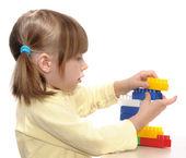 女孩玩积木 — 图库照片