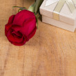Red rose and gift — Stock Photo