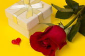 Gift and red rose — Foto de Stock