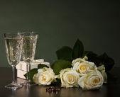 Deux lentilles en verre avec du vin et des roses — Photo