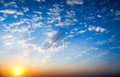 Hemelachtergrond op zonsopgang. — Stockfoto