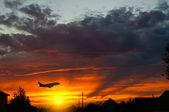 低空飛行の飛行機 — ストック写真