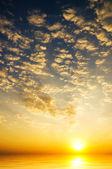 Cielo del amanecer sobre el mar — Foto de Stock