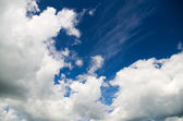 Fluffy clouds in the blue sky. — Foto de Stock