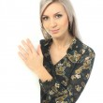 背景の白い壁を持つ若い女 — ストック写真 #18302803