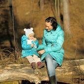 小さな女の子子口紅自体とママ — ストック写真