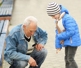 дед и внук рисовать мелом — Стоковое фото