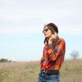 屋外喫煙美しい内気な少女の肖像画 — ストック写真