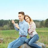 Bonita pareja joven comiendo un helado — Foto de Stock