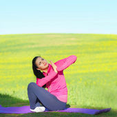 Vrouw praktijken yoga — Stockfoto