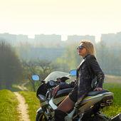 Vrouw op motorfiets — Stockfoto
