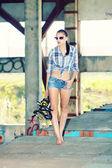 Garota fashion com patins — Fotografia Stock
