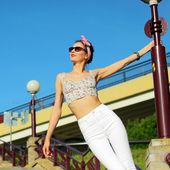 Positiv tjej i sunglasse — Stockfoto