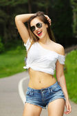 Girl in glasses outdoors — Stockfoto