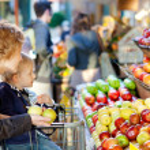 Family at farmers market — Stock Photo