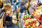 Familia en el mercado de agricultores — Foto de Stock