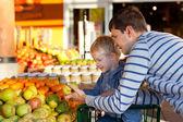 Famiglia al mercato — Foto Stock